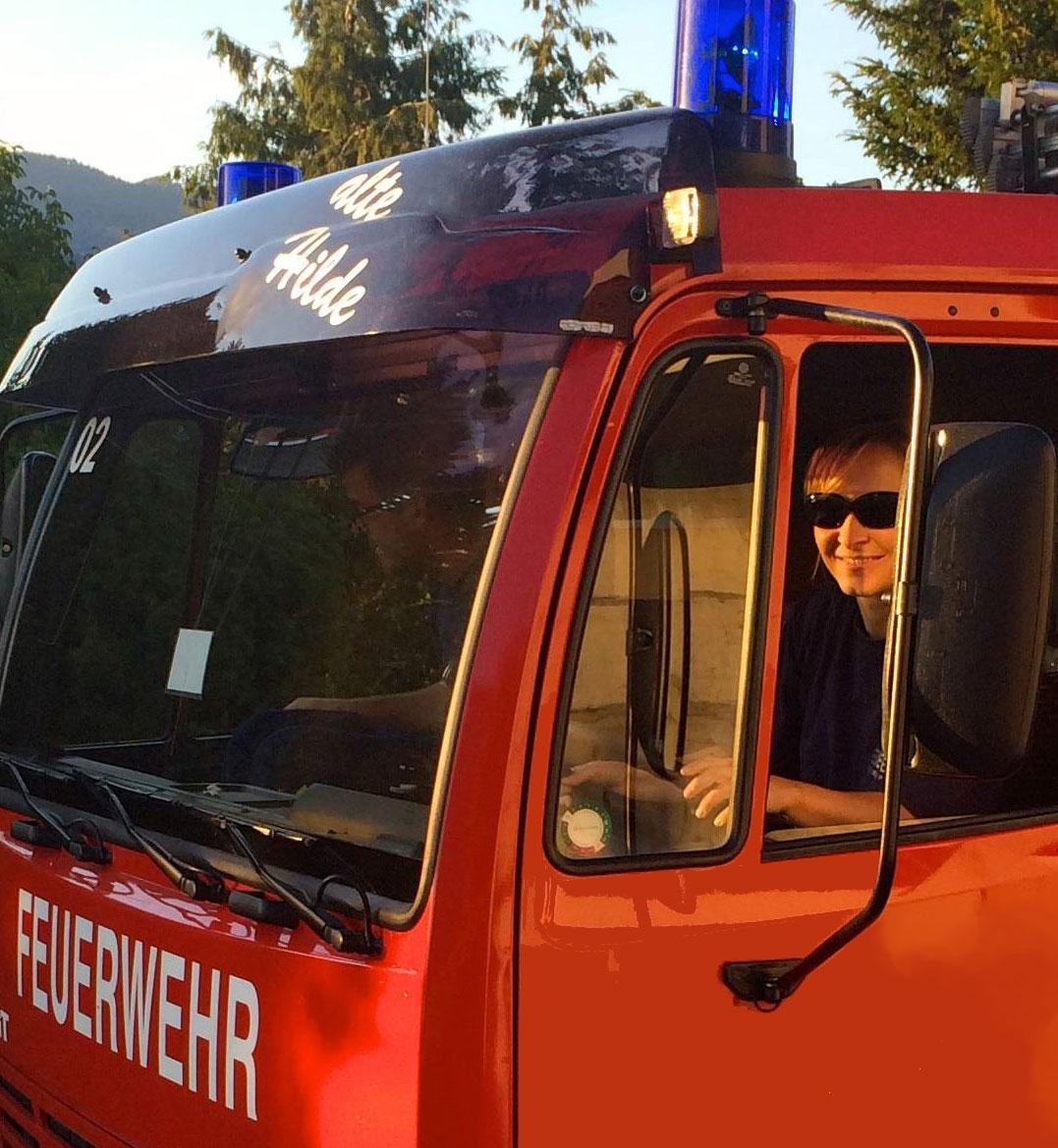 Die Feuerwehrfrau im TLF