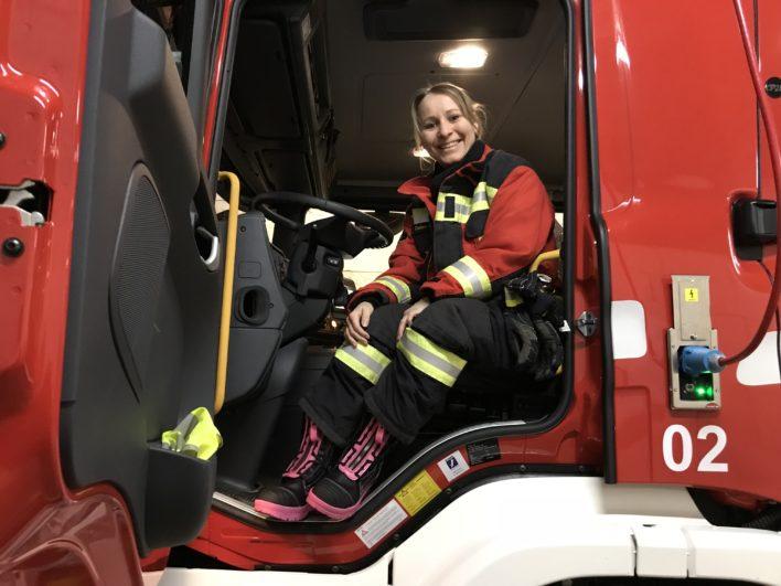 Pinkige Feuerwehrstiefel für die Feuerwehrfrau: Zum ersten Mal im Einsatz