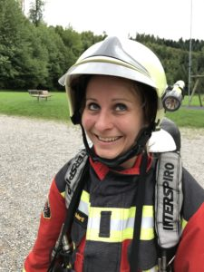 Glückliche Feuerwehrfrau
