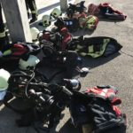 Viele Atemschutzgeräte am Boden