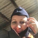 Feuerwehrfrau mit Kopfschutzhaube im Atemschutzkurs