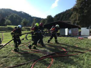 Feuerwehrleute mit Wasser- und Schaumrohr