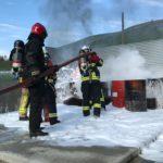 Feuerwehr bekämpft Feuer mit Schaum