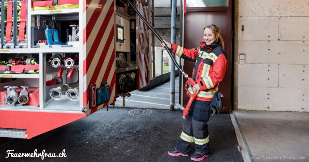 Feuerwehrfrau zieht Schnellangriff ab TLF