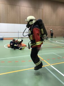 Feuerwehrmann im Atemschutzgerät am Seilspringen