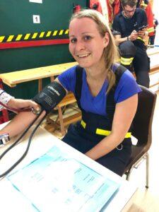 Feuerwehrfrau im ärztlichen Check