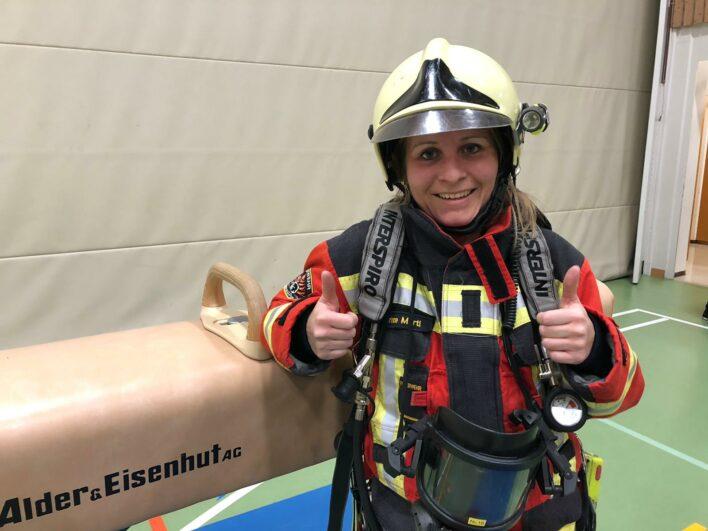 Feuerwehrfrau im Atemschutzgerät