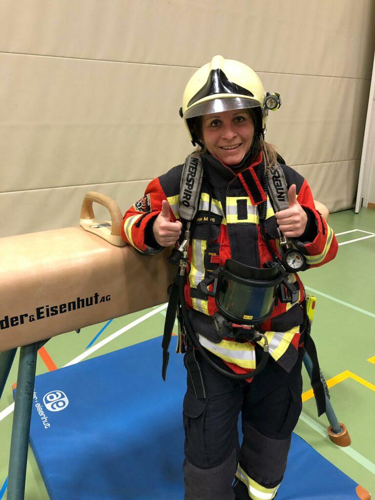 Feuerwehrfrau in Atemschutzgerät nach absolviertem Postenlauf