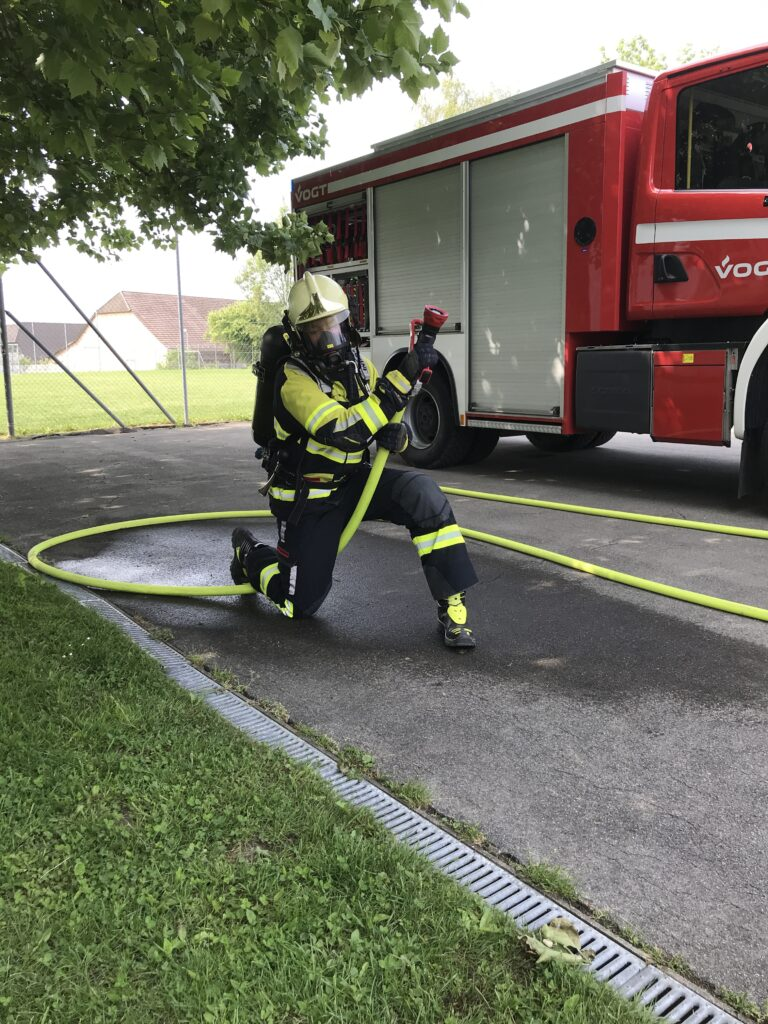 Brandschutzausrüstung im Kriechgang-Test