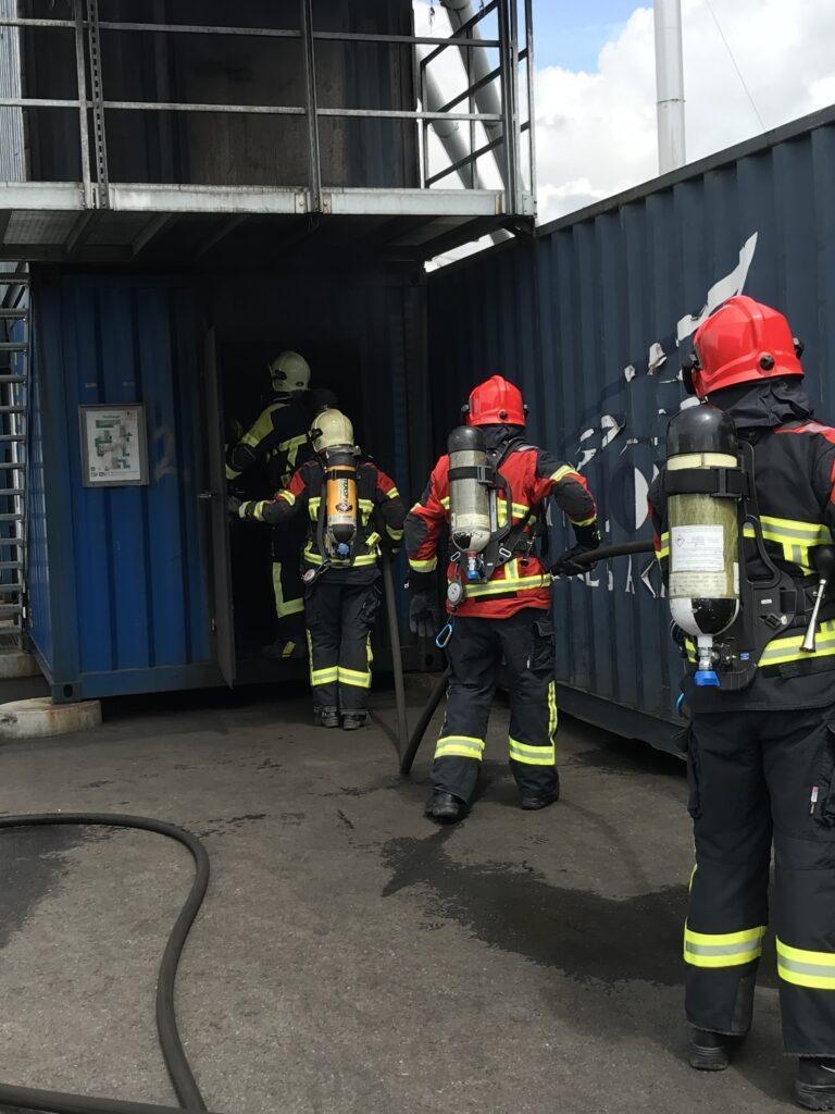 Die Brandschutzausrüstung wird im Brand-Container getestet