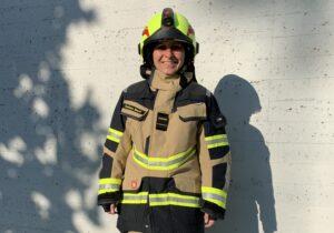 Neue Brandschutzausrüstung für die Feuerwehrfrau