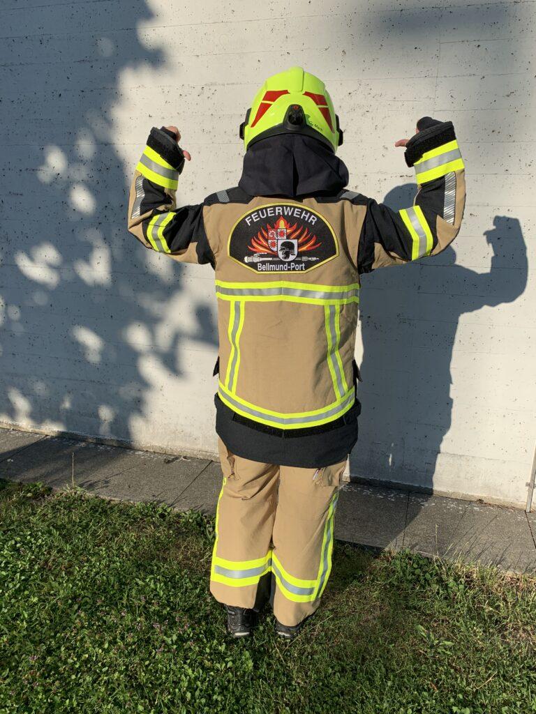 Neue Brandschutzausrüstung und Helm von hinten