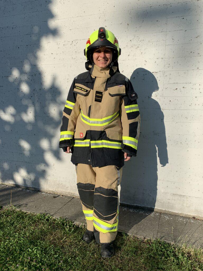 Neue Brandschutzausrüstung und Helm für die Feuerwehrfrau