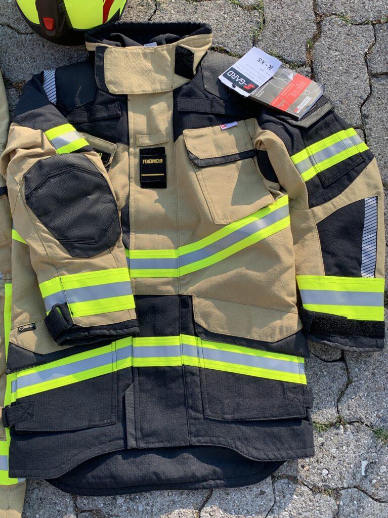 Neue Brandschutzausrüstung mit sandfarbener Jacke