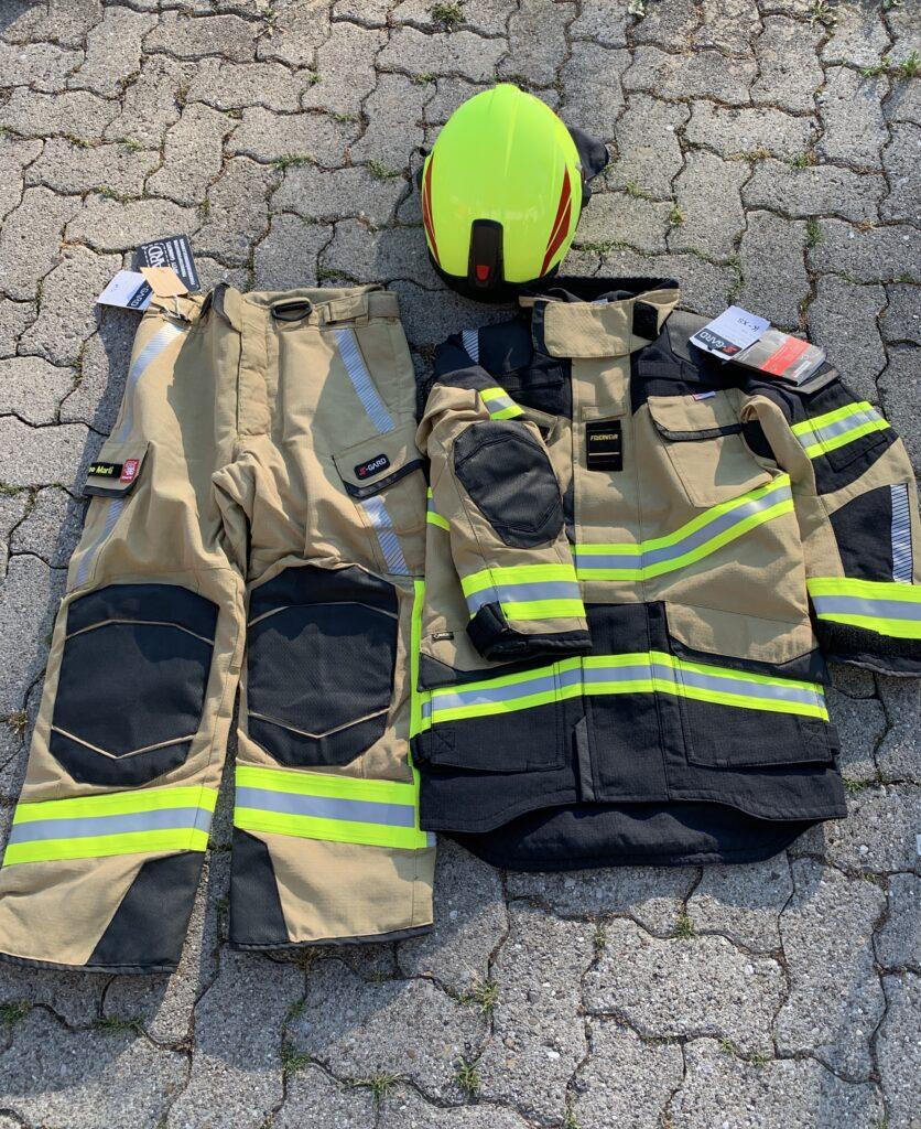 Neue Brandschutzausrüstung mit Jacke, Hose und Helm
