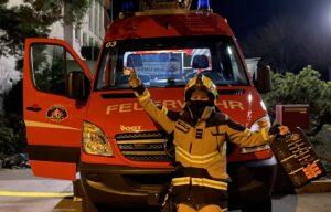 Feuerwehrfrau vor Feuerwehrfahrzeug
